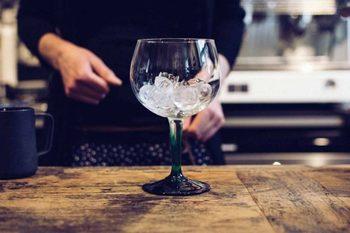 氷にはぜひこだわって。市販のクリアな氷を使うとすぐ溶けず、水っぽいカクテルになりません。