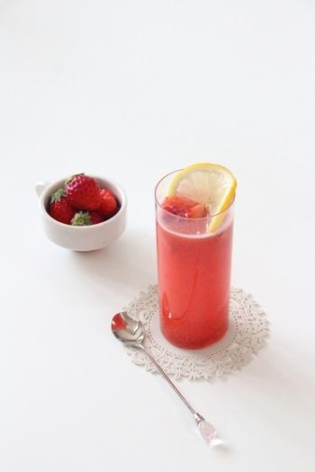 見た目もとっても可愛らしい、いちごのカクテルです。 いちごとハチミツの甘さと白ワインのすっきりさが人気。