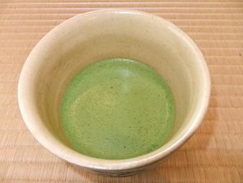 美しさと清々しさのある茶室では、老舗の「一保堂茶舖」の抹茶とともに、お菓子を頂くことができます。