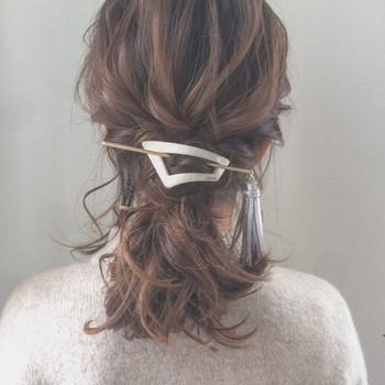 結びめにロープ編みを加えたローポニーテール。  話題のヘアアクセ「マジェステ」をつければもっとオシャレに。