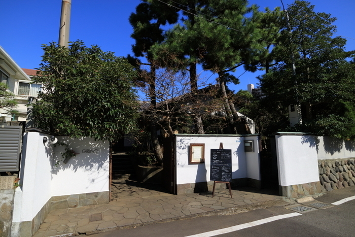 片瀬江ノ島駅近くの閑静な住宅街の中にあります。 全国の農家さんから仕入れいている有機栽培や自然栽培で育てられた野菜を使用した、ヘルシーなメニューがそろっています。