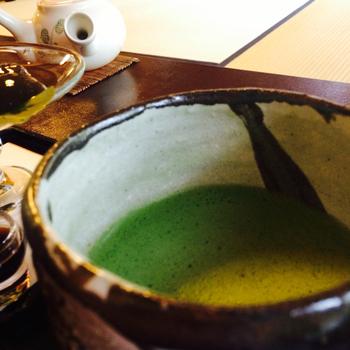 こちらで頂く抹茶は、味わいはもちろんですが、たて方に好評があります。 一般の人はもちろん、お茶を習っている人も思わずうなるほどの絶妙な味わい。