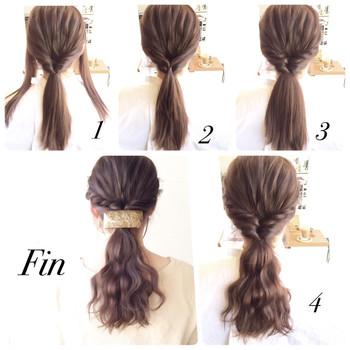 1.左右の毛を残して後ろをくるりんぱします。 2.左右の毛を後ろでくくります。 3.それをくるりんぱして最初にくるりんぱしたところの中に入れます。 4.毛先にウェーブをつけて表面をルーズにほぐしたら完成。