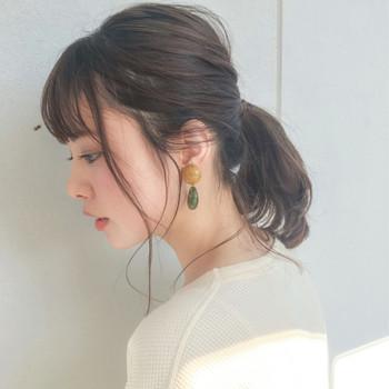 王道のローポニーは、ロブスタイルにもぴったりなヘアスタイル。  おくれ毛が女性らしく色っぽい印象を与えてくれます。