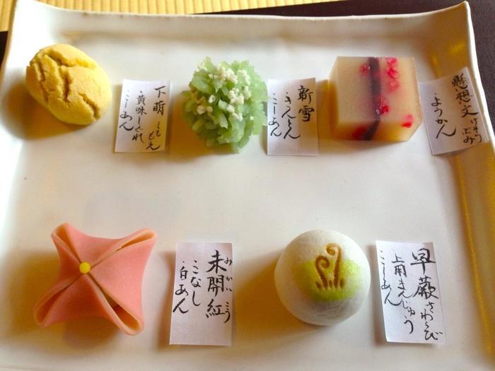 丹波大納言小豆・丹波黒大豆などを素材に、一つ一つに心をこめたお菓子作りを続けているお店です。