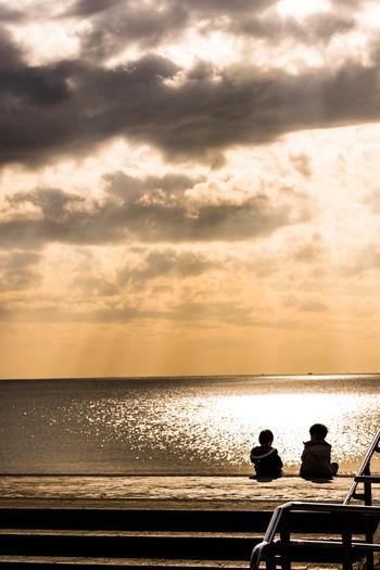 ウッドデッキ  水族館から出ると、ウッドデッキがあり海の心地よい空気に触れることができます。 太陽が出ていたら、海からの優しい風にふかれながらベンチに座って大きく昼がる海を眺めてみましょう。 冬は太陽の位置が低い分、海がキラキラしているのでお勧めのポイントです。