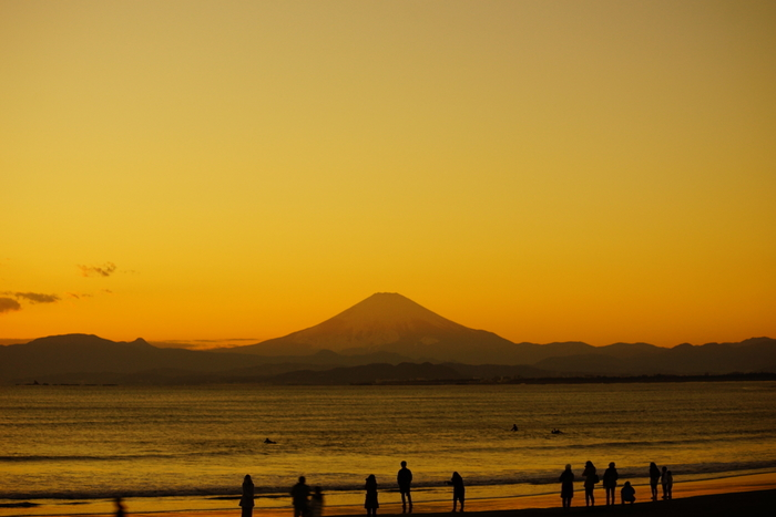夕暮れが近づくと、辺りはオレンジ色に染まります。 富士山のすぐ近くに太陽が落ちるのは冬の片瀬西浜ならではの景色です。