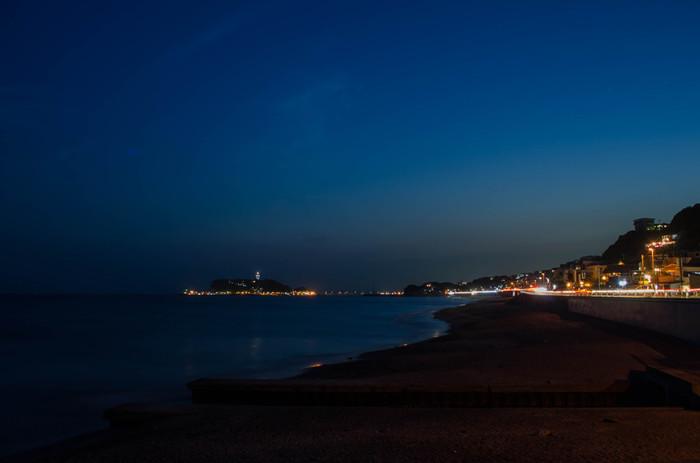 日没になると、江の島と灯台の光が浮かび上がります。 穏やかな日なら、こんな時間まで海岸にいても大丈夫。