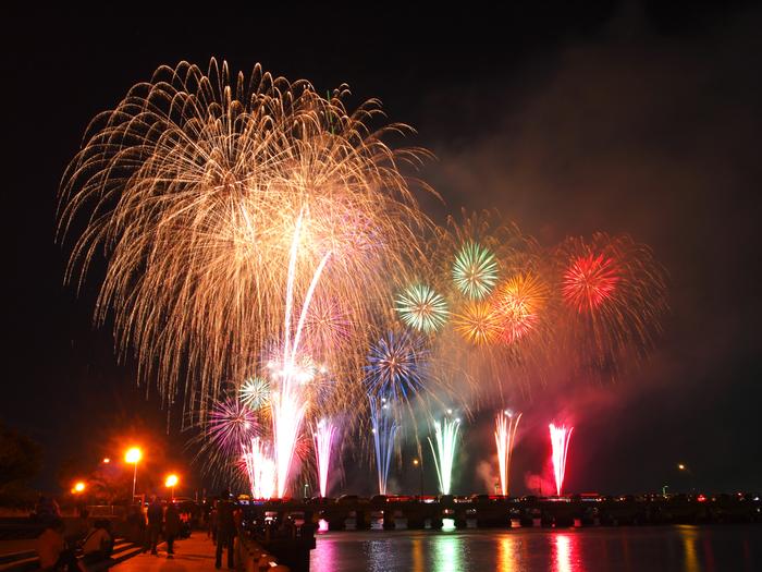 毎年10月下旬に、江の島を背景にした花火大会が催されます。 海面に写る花火が、さらに彩りを加えてくれます。