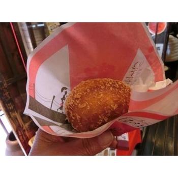 銀山温泉に来たらぜひ食べていただきたいのが「はいからさん通り」のカリーパン。休日ともなれば一日に数百個は売れるという名物です。売り切れる前に、急いでくださいね!