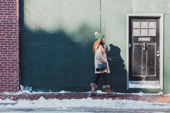 愛する人を、街角でひたすら待ち続ける人物の物語。ストイックな想いに心があたたかくなる、冬にぴったりの美しい曲です。