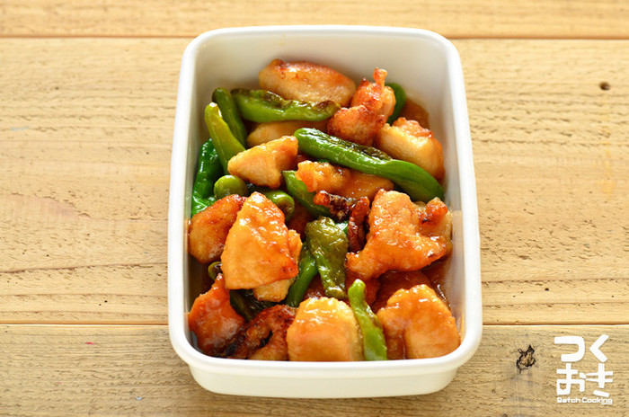 甘酢タレを絡めた唐揚げは、冷めても味がしっかり主張するのでお弁当のおかずに最適。ししとうの代わりにピーマンで代用しても美味しいです。