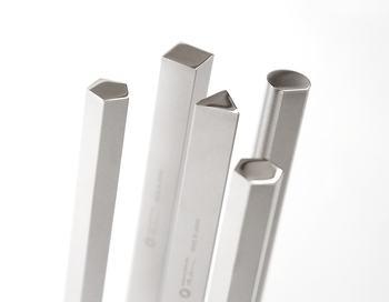 断面図も異なっていて面白い。お箸だけでなく、ナイフやフォークなどにも対応してくれる便利な箸置きです。