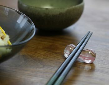 コロンとしたフォルムがかわいらしい、どことなくレトロ感漂うガラスで出来た箸置きは、ガラス職人、高梨良子さんの作品です。