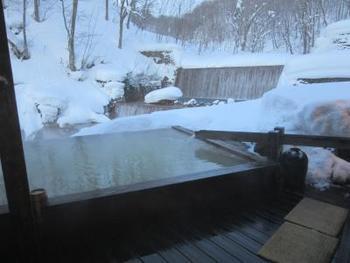 こちらは「妙乃湯」の混浴露天風呂。夜になると正面の滝がライトアップされるのですが、冬はその滝もガチガチに凍ってしまうほど寒い! その分、お湯に浸かった時の幸福感はひとしおです。