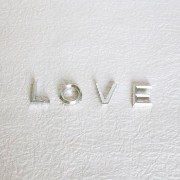 LOVEの文字が愛らしい、錫(すず)で出来た素敵な箸置き。