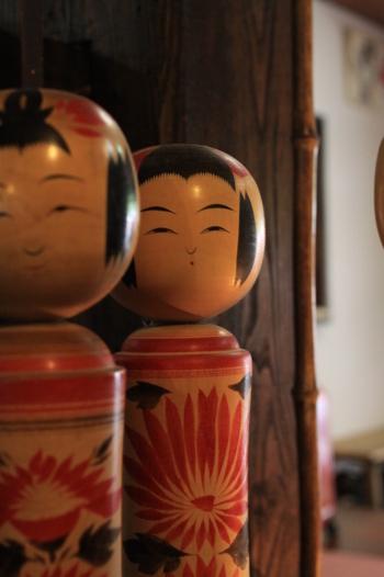 鳴子温泉は、宮城県北部を代表する郷土玩具「鳴子こけし」の産地としても有名。温泉街のいたるところで、可愛らしいこけしのオブジェを見ることができますよ♪ 毎年9月初旬には「こけし祭り」が開催され大賑わい! 温泉街を歩いていると、こけし作りに没頭する職人の姿を見ることもできます☆首を回すとキュッキュッと音がなる伝統的な「鳴子こけし」。旅の思い出にお土産にしてみてはいかがですか?