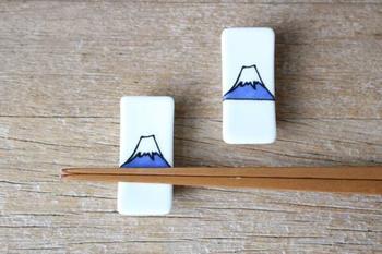 縁起物の富士山が描からたこちらの箸置きは、中川政七商店のもの。