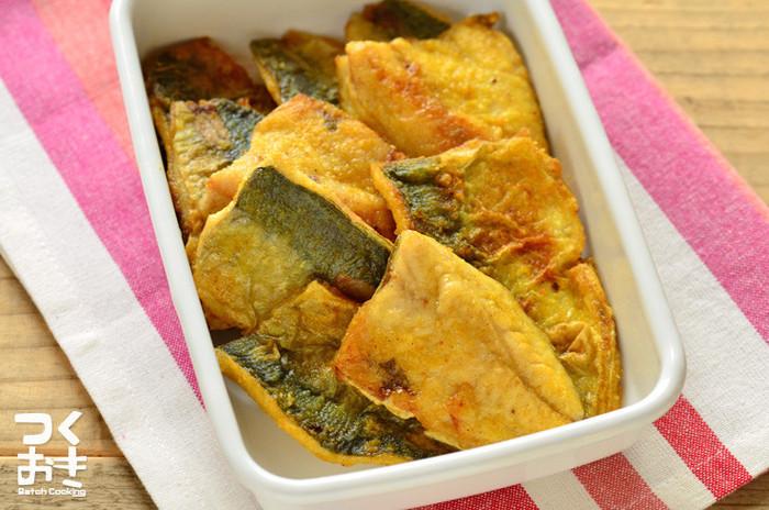 粉をまぶして焼くだけのカレーソテーは、色んな魚で代用可能。食欲をそそるカレーの香りは、サバやカジキで作っても美味しい♪