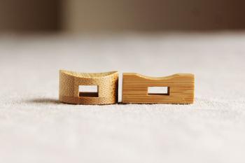 真ん中に穴が開いているので、箸を中に入れてもOK。また、真ん中がくぼんでいるので、上に箸を置いても転がりずらいデザイン設計なんです。