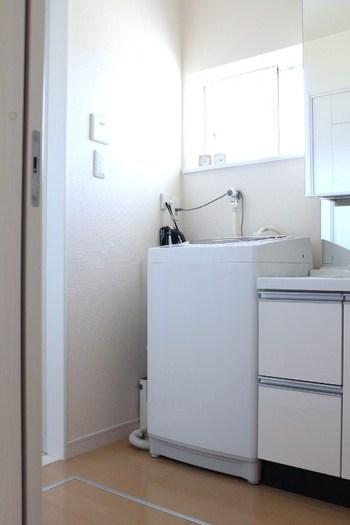 おしゃれ着の脱水は、洗濯機で15~30秒が基本です。でも、デリケートな衣類は、洗濯機ではなく、タオルドライで脱水を。バスタオルの上に衣類を置いてクルクルと巻き、上からやさしく押して水分を取り除きます。