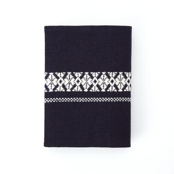 こちらは青森の伝統工芸品。「刺し子」という津軽地方の伝統的な刺繍で作られています。藍色と幾何学模様が相まって、どこか北欧風の雰囲気。