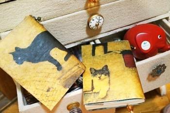 猫の存在感が光るワックスペーパーのブックカバー。凛とした表情をしているクールな2匹です。