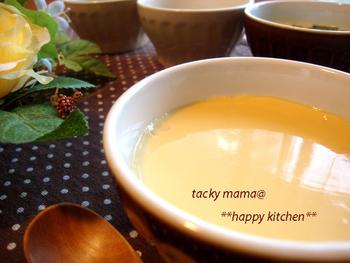電子レンジが普及した今、茶碗蒸しもレンジだけで簡単に作ることができます。材料も卵とめんつゆ、水のみと手軽!熱々でも冷やして食べても美味しいですよ。