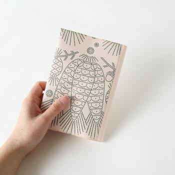 一見布のように見えますが、実は和紙!  「ナオロン」という破れにくい和紙で、何とバッグにも使われているほど耐久性があるんです。破れるのを気にすることなく、和紙の温かみのある風合いや肌触りを楽しむことができます。使っていくうちに味が出てくるのも魅力。  フィンランドのイラストレーター、クラウス・ハーバニエミにより描かれた絵も素敵ですね。
