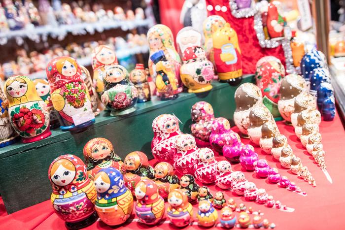 """今は日本でも国民的アイドル...可愛いモチーフとして人気の""""マトリョーシカ""""。ロシア語で「シカ」は「〜ちゃん」、と女の子を呼ぶときにつける敬称なのだそうです。 1900年のパリ万博で発表され、世界に知れ渡ったとのこと。起源にはいくつかの説があるようで、モスクワの工房で作られたとされる説と、日本の入れ子人形がモデルになったという2つの説があるのだそう。意外と歴史が短いことに驚きませんか? 優しい顔のお嬢さんをモチーフに、中から次々と小さな人形が出てくることから、安産・子宝のお守りとしても愛されています。また、中から出てくる一番小さな人形は「希望」を表し、願いをかけてからふっと息を吹きかけてからしまうと、小さなお人形さんが願い事を叶えるための旅に出てくれる、という言い伝えもあるそうです。なんとも可愛らしい願いの掛け方ですね。"""