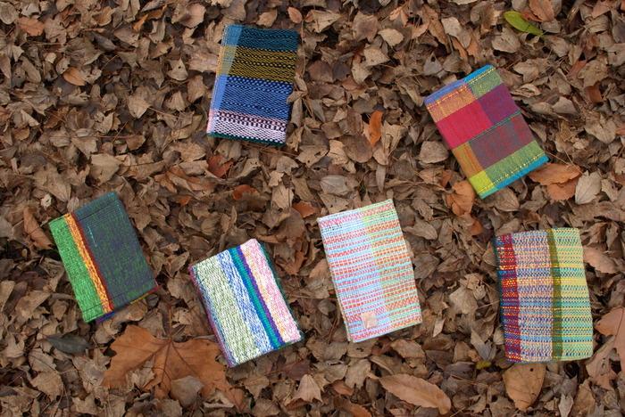 こちらは「手織適塾SAORI」という手織りで布を作ることができる教室で作られたブックカバー。布から手作りするなんてとても愛着が沸きそうですね。鮮やかな色使いと、ざっくりとした素朴な風合いも素敵。