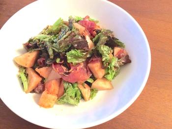 フルーツと塩気の強い生ハムとの相性はぴったり。シンプルなイタリアンサラダに、桃と生ハムを入れるだけでぐっと豪華になるから、覚えておきたいレシピです。