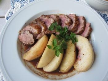 ジューシーな鴨肉をソテーして出た油で、桃を焼きます。ポートワインやバルサミコ酢でソースをつくって、かければご覧の通り♪スペシャルなディナーにぜひお試しください。