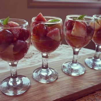 前菜にぴったりな、桃とミニトマトのマリネ。白ワインビネガーの酸味と、はちみつのナチュラルな甘みが、トマトと桃を美味しくまとめあげてくれます。グラスに入れれば、おもてなしにも◎