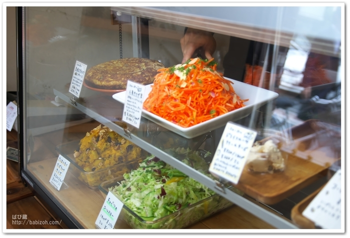オススメのメニューは「人参サラダ」と「厚焼きオムレツ」!毎日食べても飽きない、素材の美味しさを引き出す味付けが人気の秘密です*他にも、季節の野菜を使った商品が6~10品ほど並びます。
