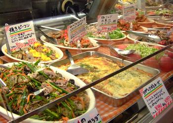 店内に入ると、お惣菜がずらり。海外の屋台やマーケットを思わせるその雰囲気は、いるだけでも楽しい気分にさせてくれます。