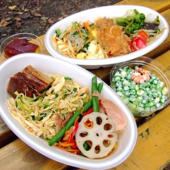 お昼には行列ができるお弁当は、ボリュームがあってお値段も手頃◎中でも人気なのは、3種類のお惣菜をごはんの上にのせてくれる「ぶっかけ弁当」!色々な組み合わせを楽しんでみたいメニューです♪