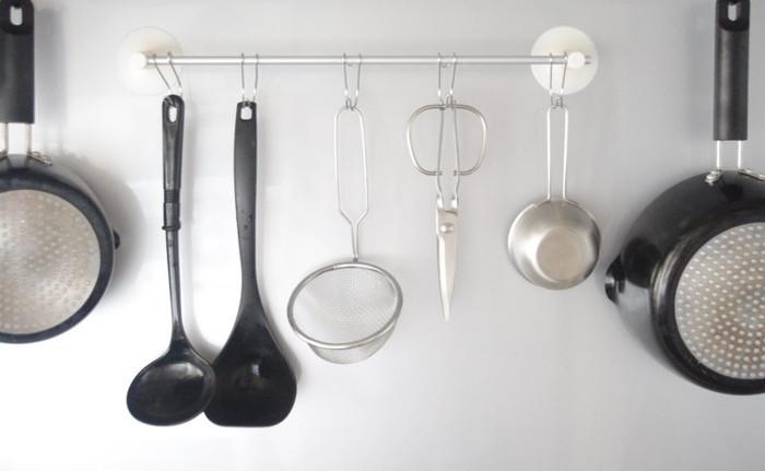 キッチンの壁面に「吊るす収納」を実践している方も多いのでは?無印のタオルハンガーは吸盤が丈夫で、調理道具をかけても落ちないと評判。「横ブレしにくいフック」を組み合わせれば、掛けたり外したりもスムーズです。