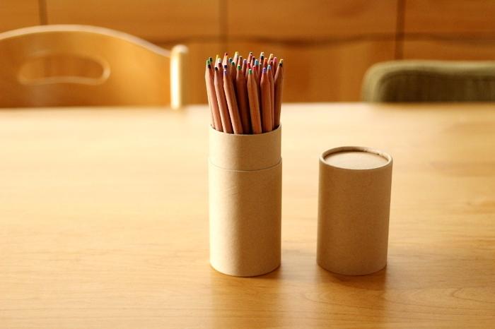 柔らかな手触りの紙管ケースにスッキリ収まる色鉛筆。木軸は無塗装でナチュラルな雰囲気。子供の塗り絵にも、大人がスケッチを楽しむのにも素敵です。