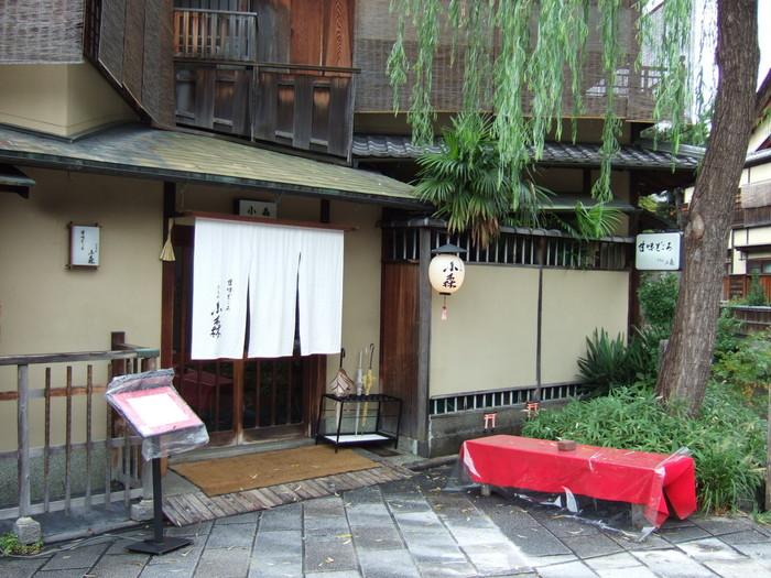 ぎをん小森は、京阪「祇園四条駅」から徒歩4分。京都らしい風情のある街並みの中にあります。横には白川が流れているので、席によっては川の流れを見ながら和スイーツをいただけますよ。