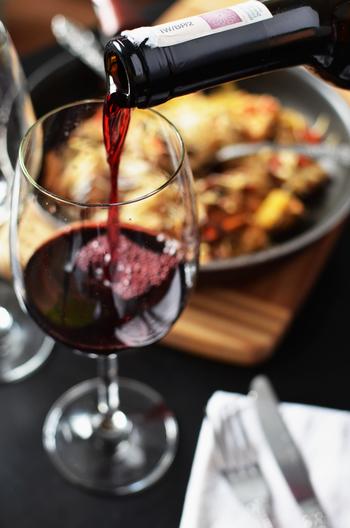 赤ワインは、まろやかな口当たりと渋みがある味が特徴です。赤ワインの渋みには、甘味と旨味のあるお肉が相性ピッタリ!パンや塩気のあるチーズも良く合います。