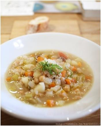 身体にやさしい野菜たっぷりのランチメニューは、スープかパスタにバゲットと前菜がつきます。