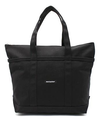 真っ黒のバッグに、ちいさな「マリメッコ」のロゴ。 シンプルだけれど、サイズや機能がとっても計算されているトートバッグ。