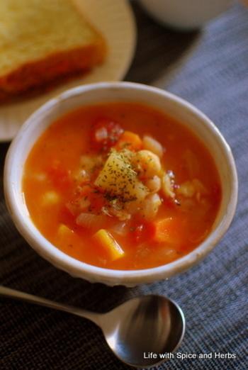 朝晩冷える冬の時季は、朝食に温かいスープがあると嬉しいですよね♪お野菜たっぷりのヘルシーなミネストローネは、夕食やお夜食にも◎。ひよこ豆は柔らかくなるのに時間がかかるので、一晩水に浸しておくのがポイントです。