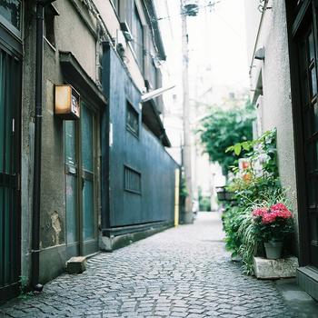 新宿区神楽坂は、大人がのんびり散歩を楽しめる落ち着いた雰囲気の街。早稲田通りの途中にある坂を中心としたエリアで、大正時代ににぎわったという花街の名残りから、路地裏には趣のある石畳が長く続いています。