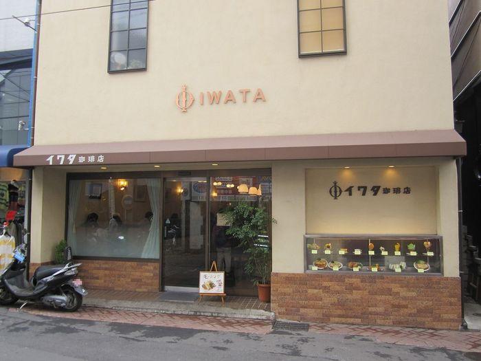 鎌倉駅前にあるレトロな外観のイワタコーヒー。創業は昭和23年ですが、外観は2007年に改装されています。
