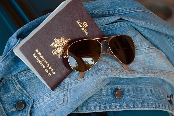 海外旅行、国内旅行問わず必要なもの。それは空港までの交通費や現地両替を含めた現金です。そしてクレジットカードも現金が足りない時に重宝する場合があるので、利便性の高いカードを1.2枚持って行くとよいでしょう。航空券や日程表、パスポートやビザ査証、各種証明書のコピーなどはこれらは現地調達できませんので機内持ち込みかつ、肌身離さず持ち歩きましょう。そしてこの中でも非常に重要なものは海外旅行保険証です。  海外では日本の健康保険証は使用はできません。突発的事故や病気に見舞われた時、治療費や手術代で何千万円も請求された例は多々あります。特に治療・救援費用が無制限の海外渡航保険がおすすめです。