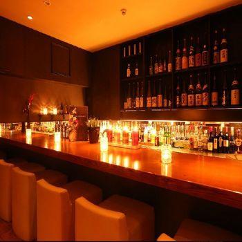専属のバーテンが美味しいお酒を作ってくれるBARラウンジも併設する「ZUZU」。 個室もあり、とってもお洒落な空間が広がっています。