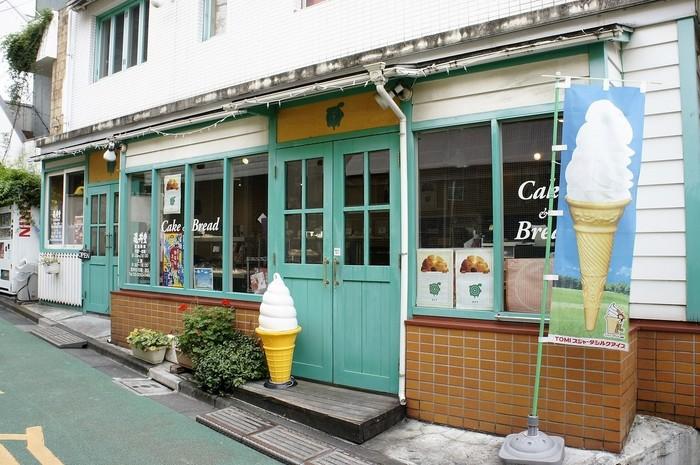 可愛らしいミントグリーンの扉が目印のパン屋さん【亀井堂】。元々は瓦煎餅と人形焼の老舗【上野亀井堂】から生まれた支店ですが、神楽坂店ではパンとケーキをメインに販売しています。