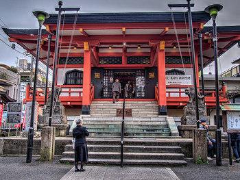 続いては、神楽坂にある有名な寺社をご紹介しましょう。まずは、日蓮宗の寺院である【毘沙門天 善國寺】(びしゃもんてん ぜんこくじ)。神楽坂通りを坂上に向かって進むと、左手に朱色の門と本堂が見えます。